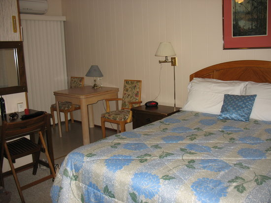 Fenelon Falls, Canada: View of one room at Stone Fountain Motel