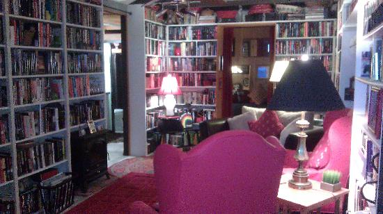 Rainbow Inn Bed & Breakfast: Living Room/Library