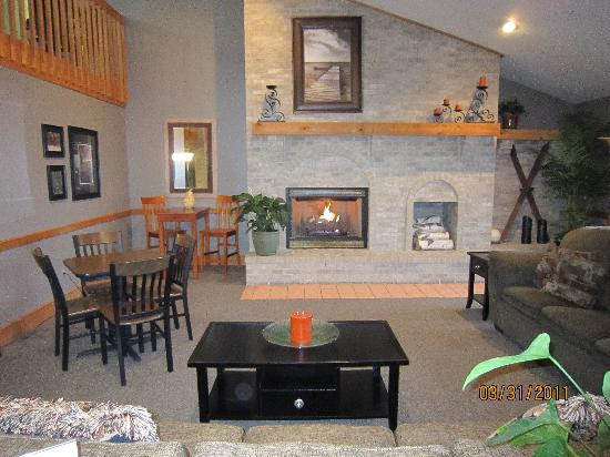 AmericInn Lodge & Suites Tomah: Warm, inviting lodge.