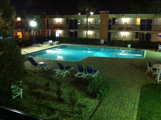 BEST WESTERN Brandon Hotel & Conference Center: The pool at night