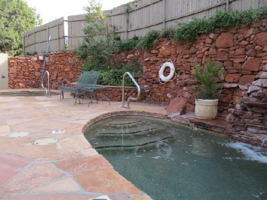 Apple Orchard Inn: lovely patio with cold and hot pools