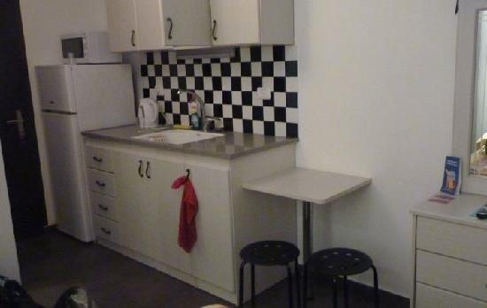 Ateret Suites: The small kitchen in the room