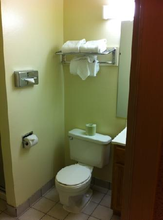 Quality Inn &amp; Suites Casino Area: nice clean bathroom
