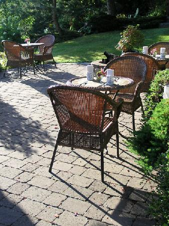Monivea Bed and Breakfast: Summer breakfast on the patio.