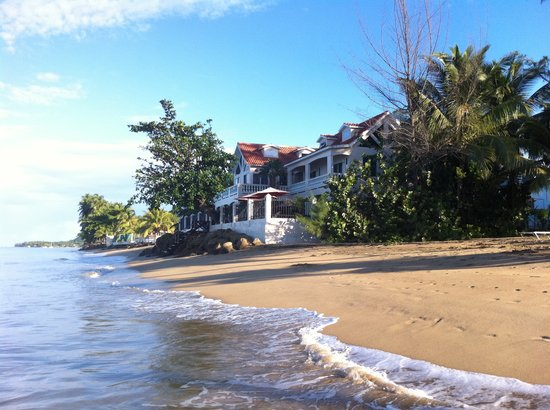 Tres Sirenas Beach Inn: Tres Sirenas right on the Beach!