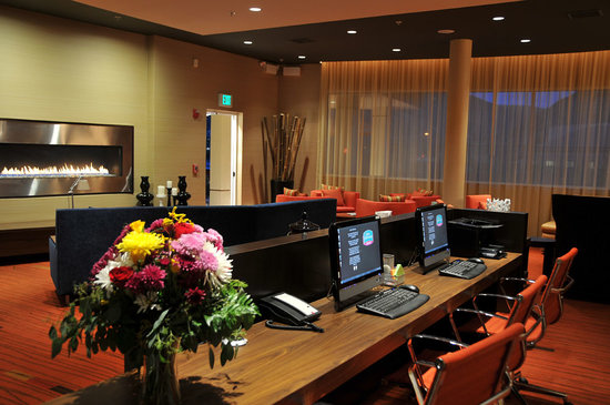 Courtyard by Marriott Glenwood Springs: Warm inviting lobby