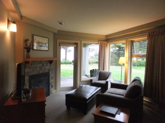 Pacific Sands Beach Resort: fire place with sitting area
