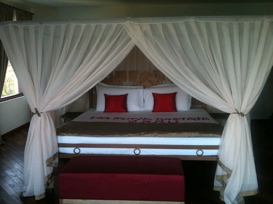Essque Zalu Zanzibar: master bed with flower wishes.