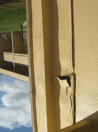 Days Inn Ocala: Stucco Falling