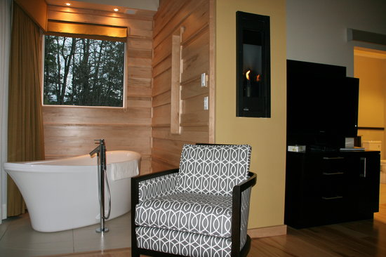 Moulin Wakefield Mill Hotel & Spa: soaker tub and fireplace