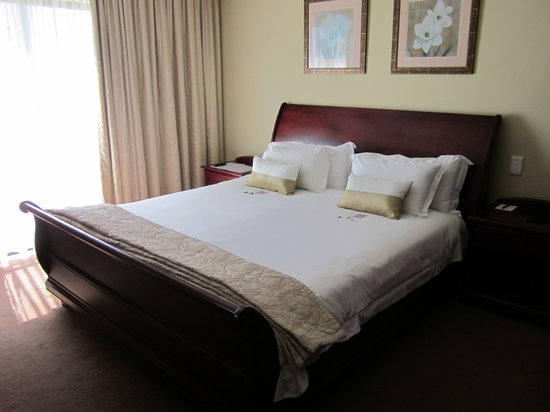 Garden Route Casino Hotel & Spa: Comfortable king size bed