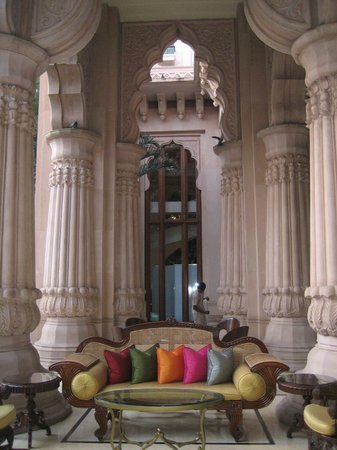 The Leela Palace Bangalore: Outdoor Lobby