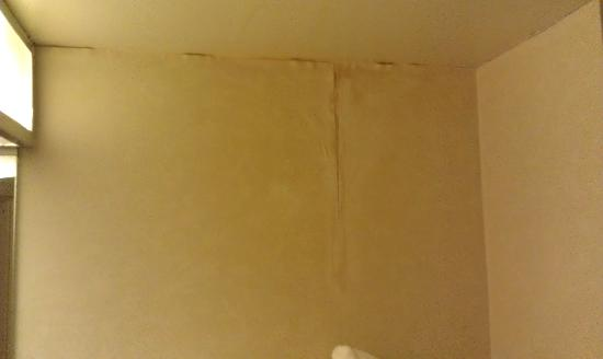 Hampton Inn Harrisburg East (Hershey Area): Peeling water damaged wallpaper / bathroom