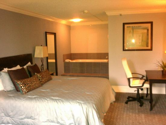 Clarion Hotel Atlanta Airport South: Hammond Executive Suite- Master Bedroom