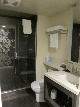 Hotel Keen: Bathroom/shower area