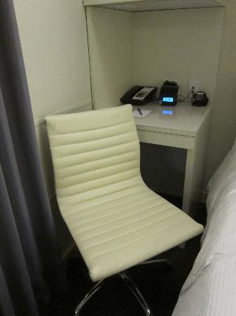 Hotel Keen: Desk/nightstand area