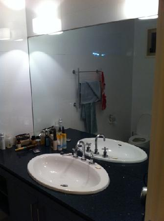 Ararat Motor Inn: massive vanity