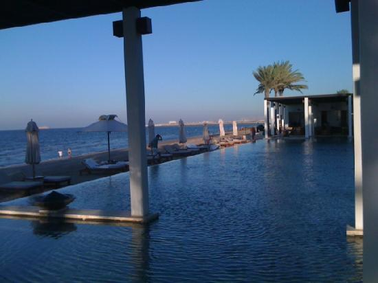 The Chedi Muscat, a GHM hotel: Pool in Abendsonne
