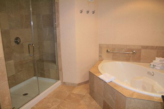 Hampton Inn & Suites Chino Hills: Whirlpool Suite Bathroom