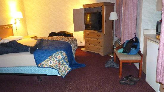 Western Inn & Suites: Room