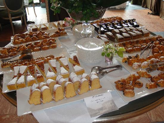 Blevio, Italy: Let them eat cake...