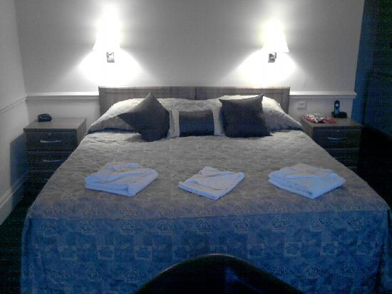 Abbey Lawn Hotel: 6ft wide bed