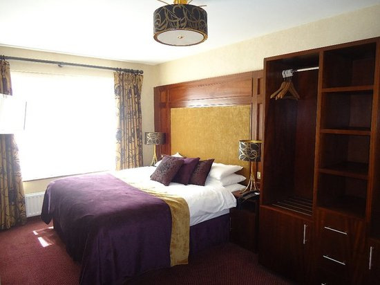 Mount Errigal Hotel: bedroom in the suite