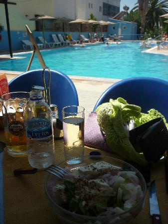 Aspro Spiti Apartments: Fantastic Greek Feta Salad and a Mythos- heaven!