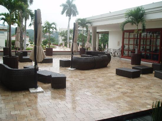 Crowne Plaza Hotel San Salvador: San Salvador Crowne Plaza outdoor lounge