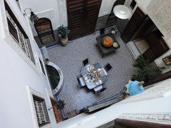 Riad Boujloud: Patio at breakfast time