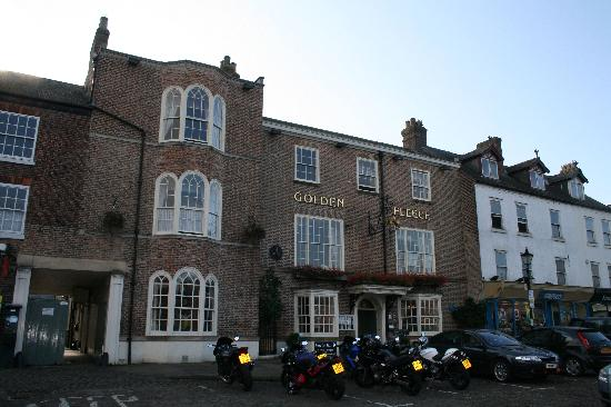 Golden Fleece Hotel: Hotel Front