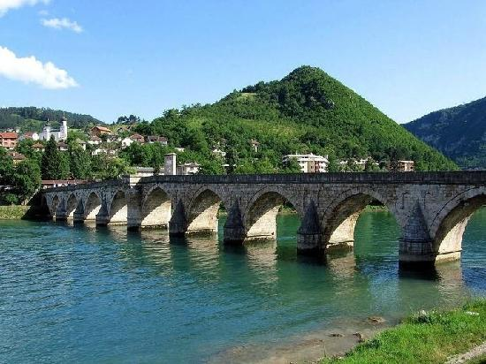 Bosnia y Herzegovina: Old Bridge on the Drina river