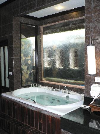 salle de bain avec mur d 39 eau et jacuzzi photo de mukdara beach villa and spa resort khao lak. Black Bedroom Furniture Sets. Home Design Ideas