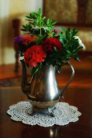 The Gaslight Inn Bed and Breakfast: Floral Arrangement in Living Room