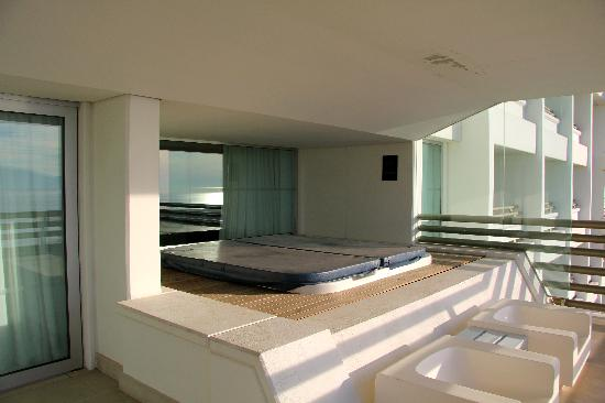 Terrasse jacuzzi printemps t picture of blue for Design hotel troia