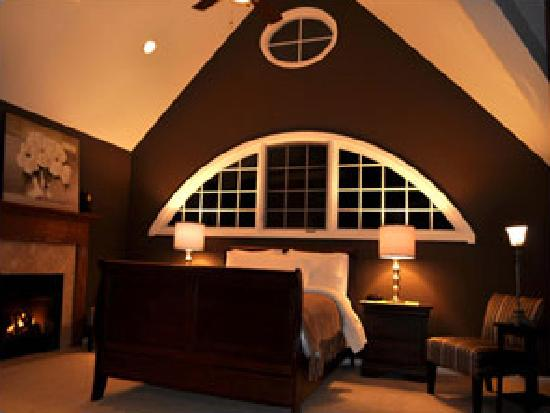 Inn on Main Hotel: Suite 301 with Crescent Window & Fireplace