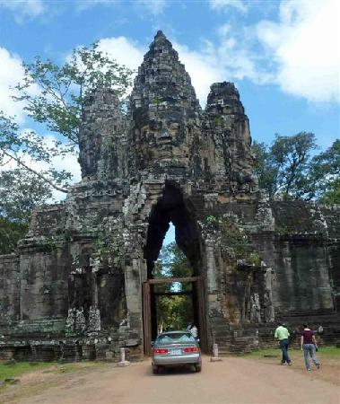 Apsara Angkor Resort & Conference : the gate of angkor thom temple