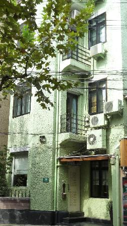 Magnolia Bed & Breakfast Shanghai: Easy to locate - green B&B.