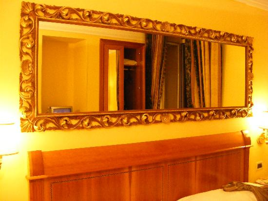 Champagne Palace: mirror over bed
