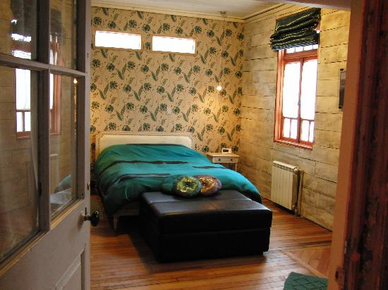 Tragaluz Bed & Breakfast: The Agua room for two or 3 with the hide-a-bed (iron claw foot bed out of view).