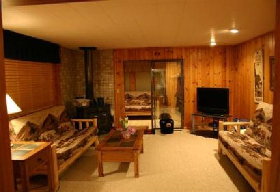 Yellowstone Wildlife Cabins: Bear Cabin Living Room