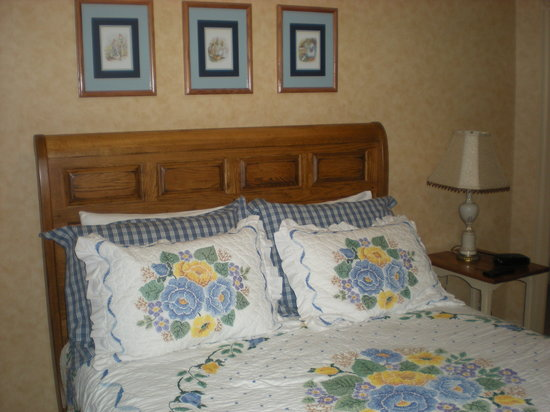 Tea Kettle Inn Bed & Breakfast: Bed