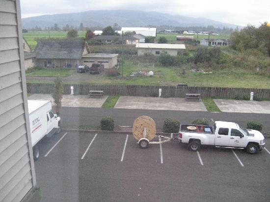 The Ashley Inn of Tillamook: View from room showing barking dogs