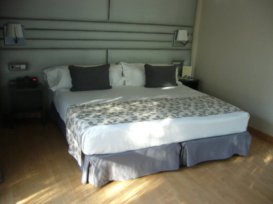 H10 Marina Barcelona Hotel : Big bed 