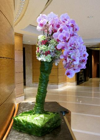 Four Seasons Hotel Hong Kong: Wherever one looks exquisite floral decorations