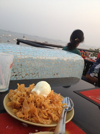 Hotel Harbour View: Honey fried noodles and ice-cream from the rooftop restaurant