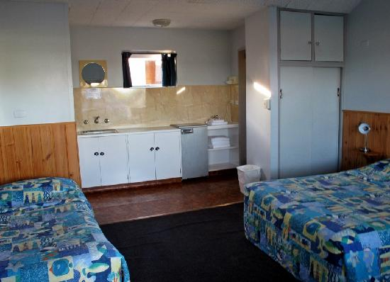Bayside Inn: Spacious room with separate toilet &amp; shower, one queen bed and one single bed