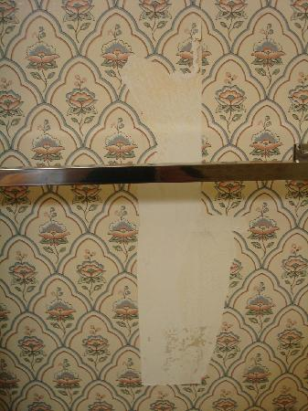 Clarion Inn Historic Strasburg Inn: View from the toilet of missing wallpaper in bathroom