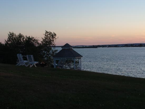 Sea Escape Cottages: Sunset view from the yard