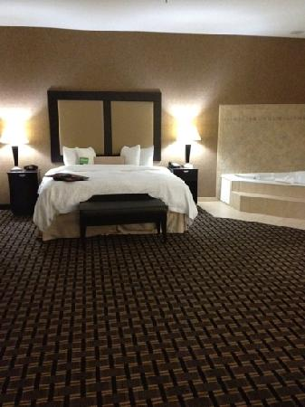 Hampton Inn & Suites Longview North: suite with a whirlpool